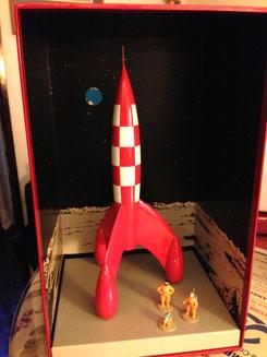 Cohete en su caja con las figuras pequeñas