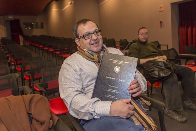 Guillermo Álvarez y su tesis doctoral. Foto: Jesús Caso.