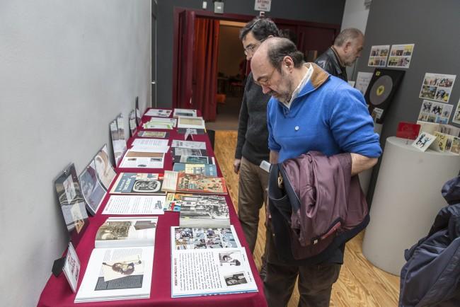 Roberto Sanz y otros asistentes disfrutando de la exposición. Foto: Jesús Caso.