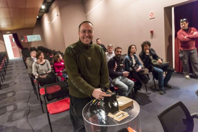 Andrés Pérez y el proyector. Foto: Jesús Caso.