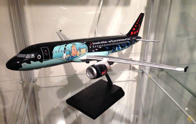 Maqueta del avión colocada en la vitrina
