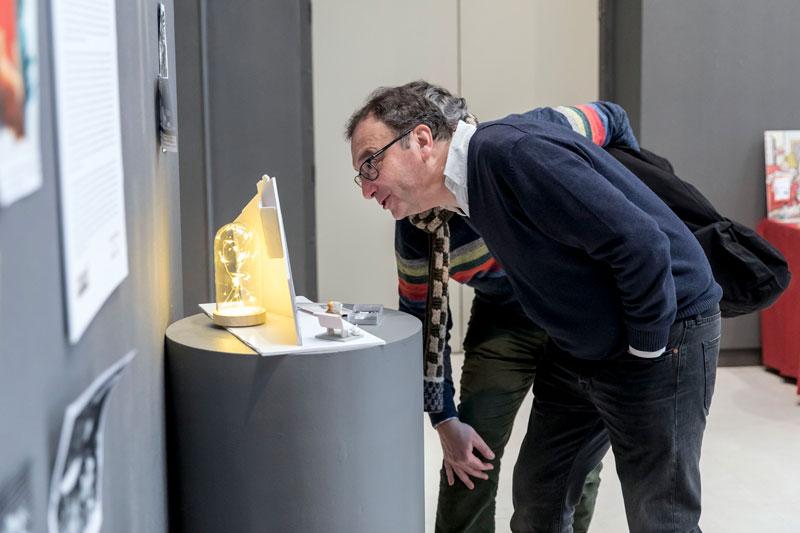 Juanjo y Alejandro viendo un detalle de la Exposición. Foto: © Jesús Caso
