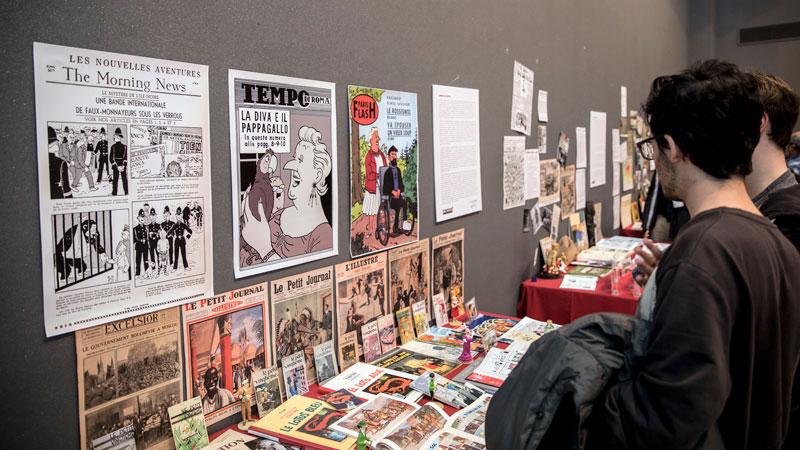 Público contemplando la exposición. Foto: © Jesús Caso