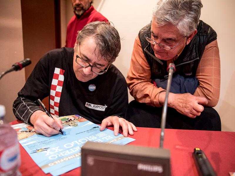 José Luis Povo dedicando el cartal. Foto: © Jesús Caso