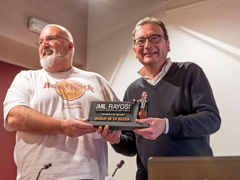 Nino Paredes hace entrega del premio a Juanjo de la Iglesia. Foto: © Jesús Caso